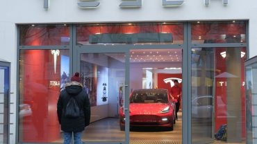 the-ratings-game:-tesla-initiated-at-wells-fargo,-and-there-are-3-reasons-analyst-colin-langan-isn't-bullish
